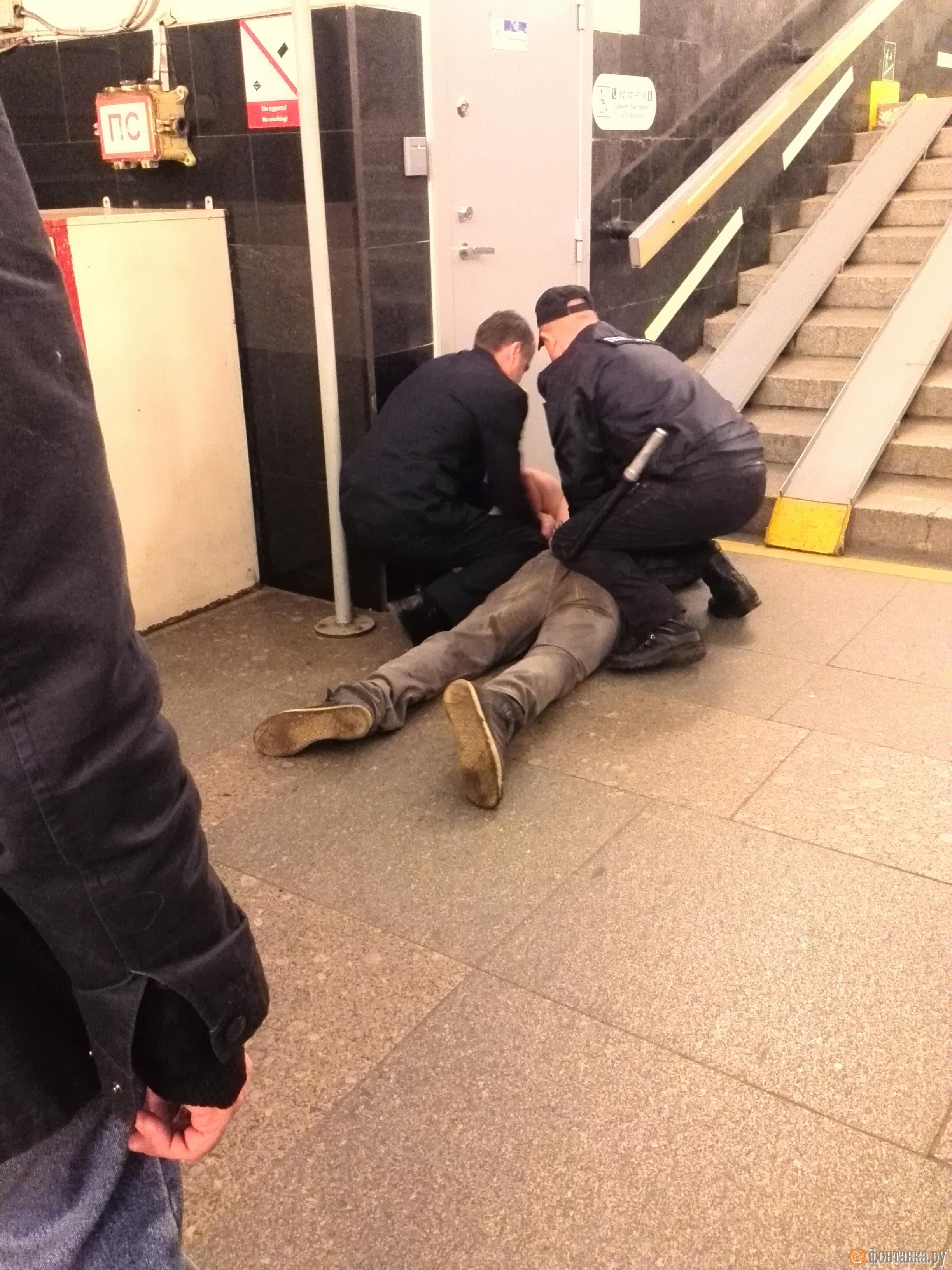 Момент задержания спрыгнувшего на рельсы пассажира