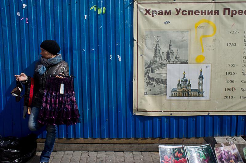 Забор на Сенной площади демонтируют к Дню города (Иллюстрация 2 из 3) (Фото: Михаил Огнев)