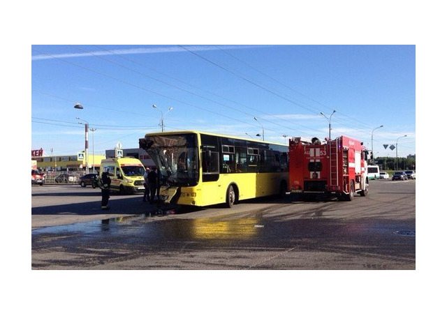 «Транзит» изуродовал автобус на Богатырском