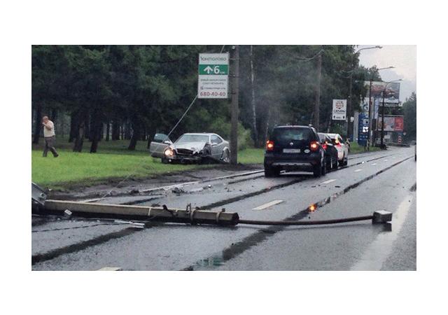 Очевидцы: На Приморском шоссе легковушка снесла столб