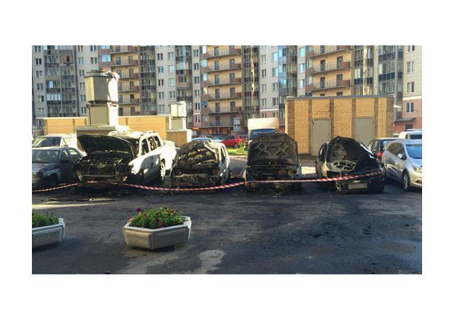 Очевидцы: В охраняемом дворе на Просвещения сгорели 5 машин