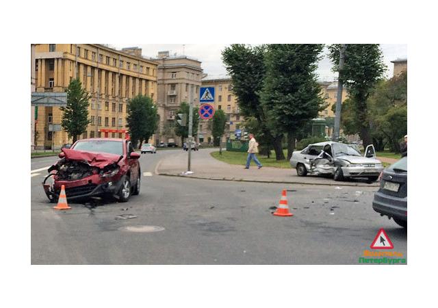 Отключенный светофор спровоцировал ДТП на Краснопутиловской