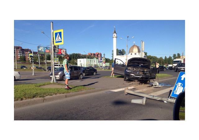 На Парашютной «Фольксваген» снес светофор и дорожные знаки