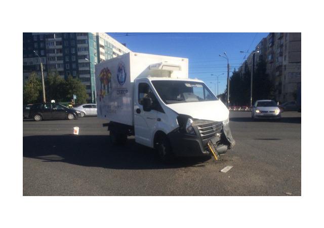 Очевидец: На пересечении Коллонтай и Искровского Toyota не пропустила тортовозку