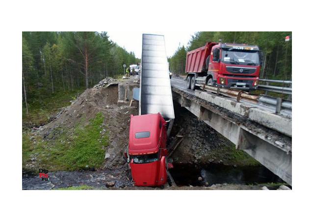 На «Коле» автопоезд рухнул с моста