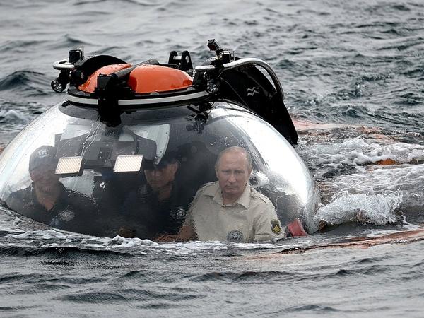 Президент России поздравил географов со дна Черного моря