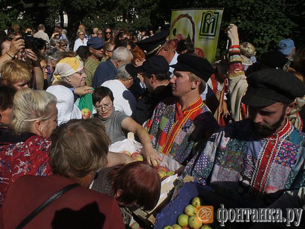 На площади Искусств с боем раздали 2 тонны яблок