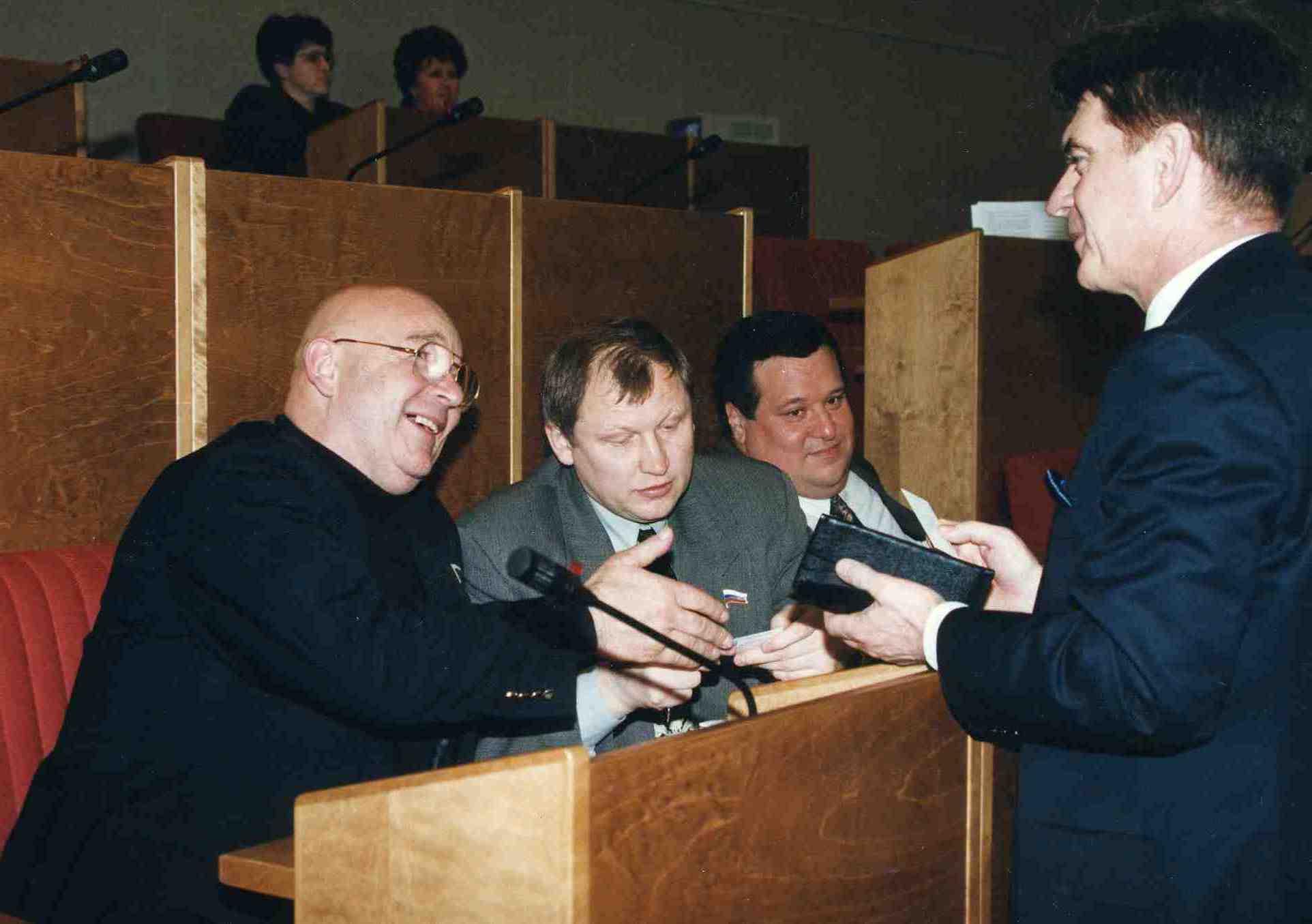 Государственная дума. Михаил Глущенко (в центре) и Галина Старовойтова с Русланом Линьковым (на заднем плане)