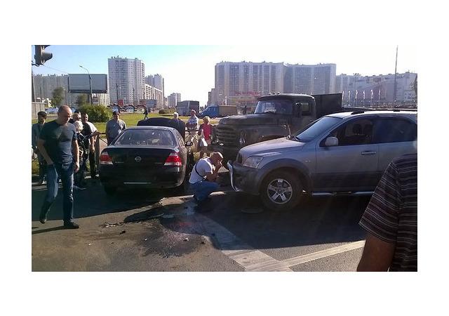 На Дальневосточном Nissan уронил два светофора и припарковался в «ЗИЛ»