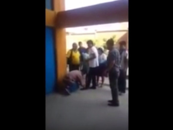 Президент Боливии поручил охраннику завязать шнурок на своем ботинке
