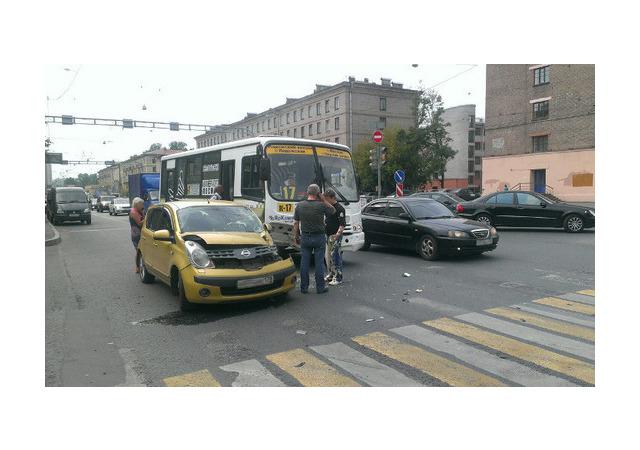 Водитель «Ниссана» оказался весь в краске после ДТП с маршруткой