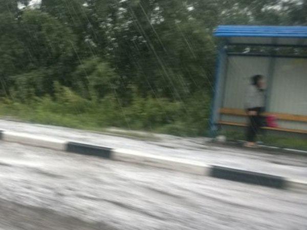 Очевидцы: На севере Петербурга — ливень и град