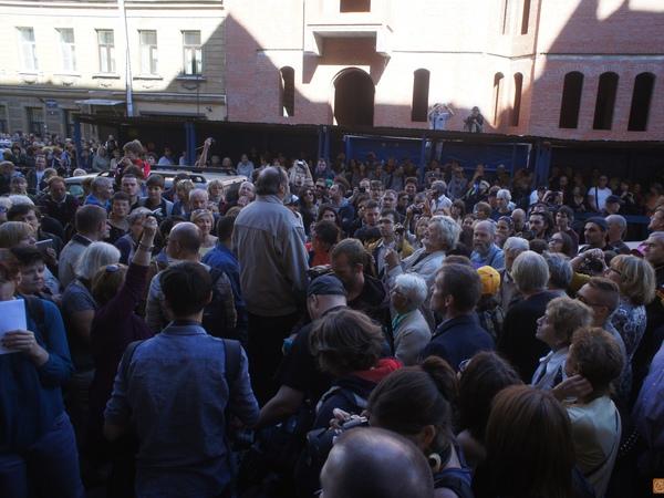 К «Дому без Мефистофеля» с протестом вышли сотни петербуржцев