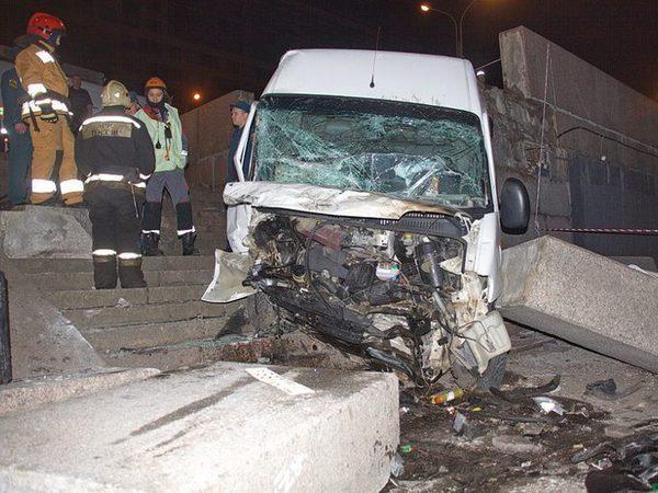 На Обуховской Обороны микроавтобус упал на причал речного порта