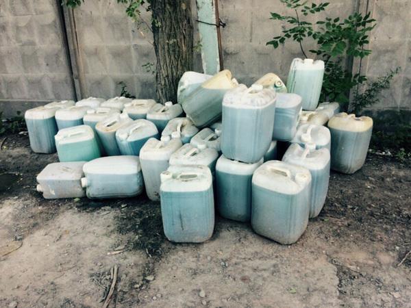 На Турухтанных островах обнаружили десятки канистр с кислотой