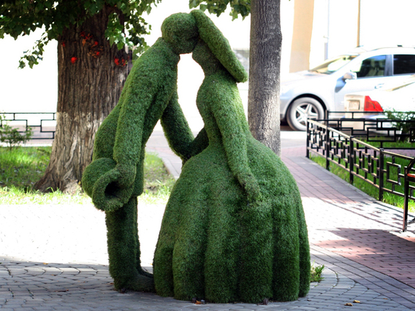 Откуда в Петербурге взялись зеленые скульптуры