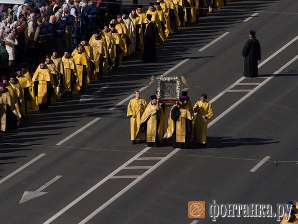 Полтавченко встретил участников крестного хода на площади Александра Невского