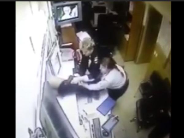Как в полиции Петербурга ныряют в форточку и бегут без штанов