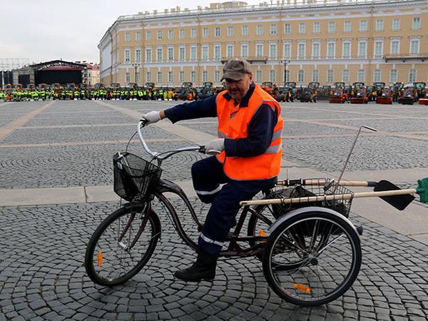 Дворников Петербурга посадили на трехколесные велосипеды