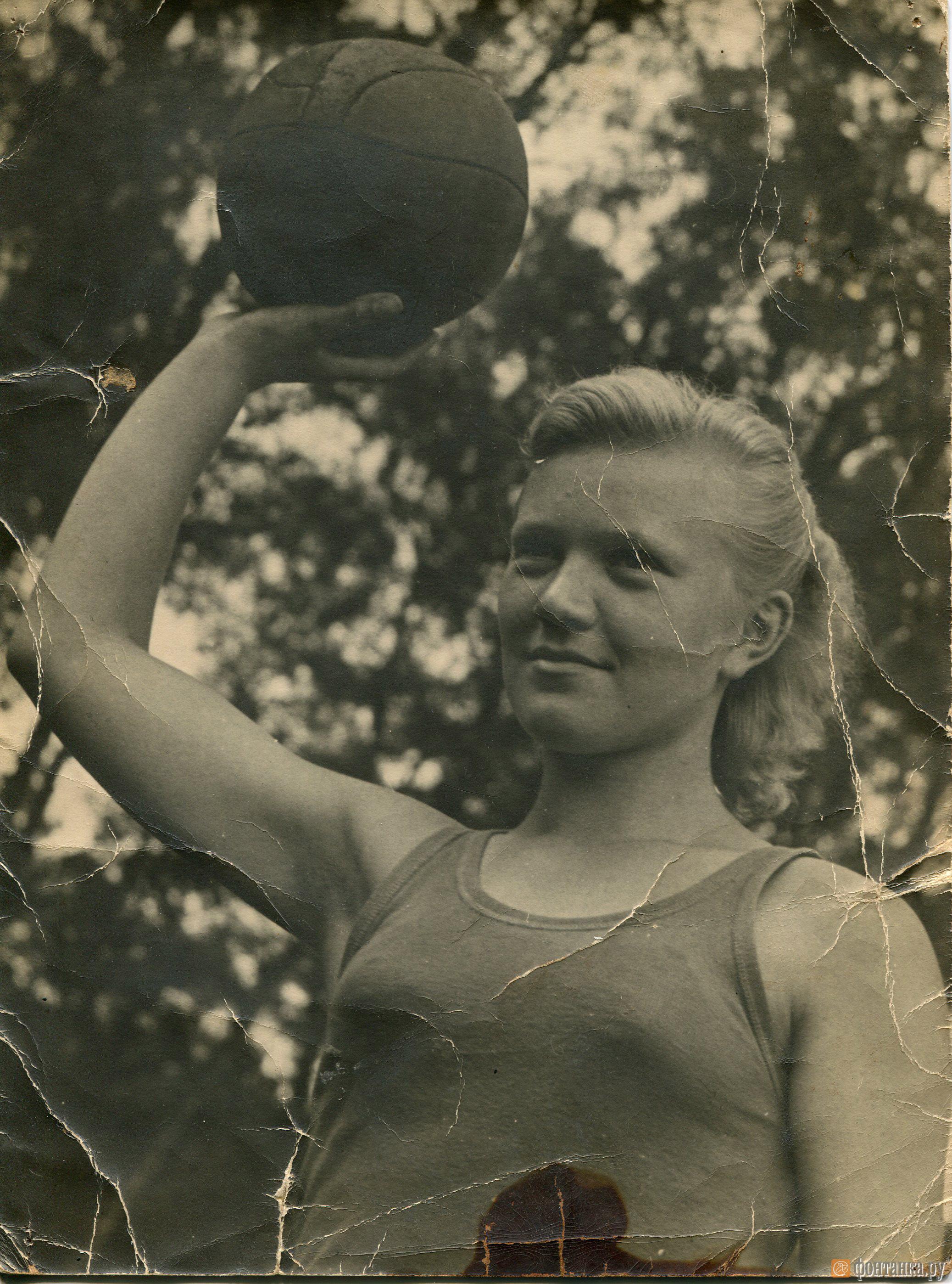 Галина Демьянова во Франции в мае 1945 г.