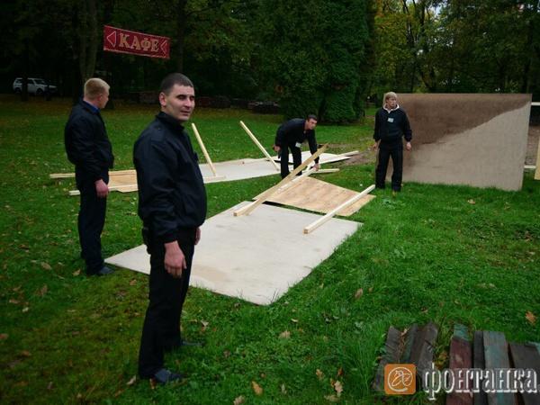 Картины аэрографов в Приморском парке Победы побросали в грязь