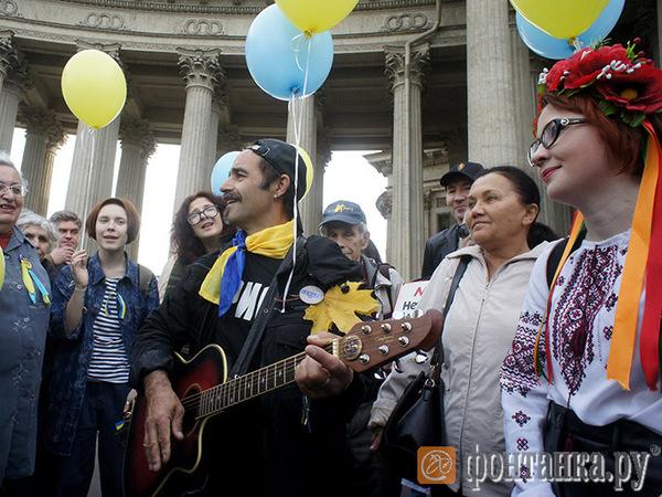 Марш мира в Петербурге закончился песнями
