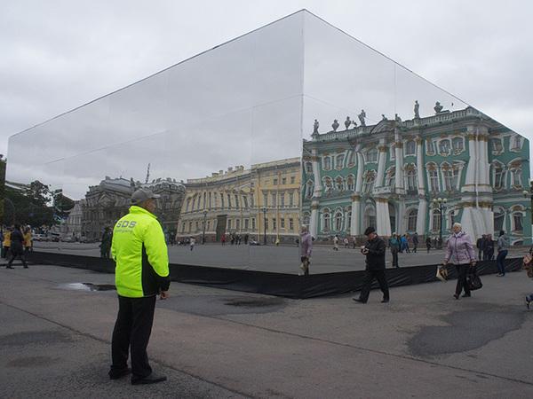 На Дворцовой вырос зеркальный параллелепипед