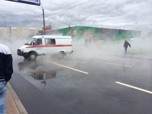 Движение по проспекту Большевиков закрыли на 3 часа из-за прорыва трубопровода
