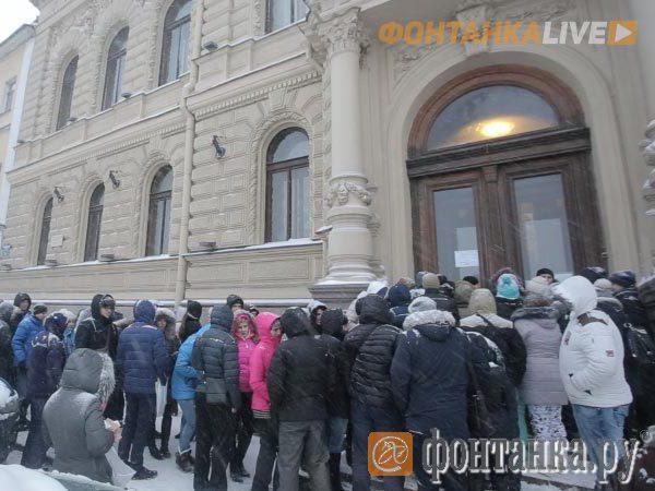 Петербуржцы ночуют у ЗАГСа зимой, чтобы жениться летом
