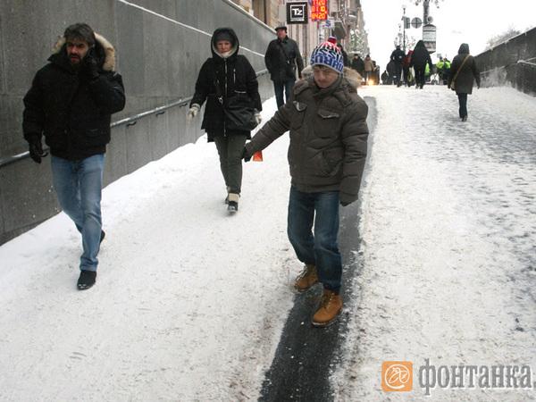 В переходе на Невском устроили ледяную горку