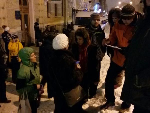 В Петербурге сотни родителей ночуют у МФЦ, чтобы записать детей в первые классы
