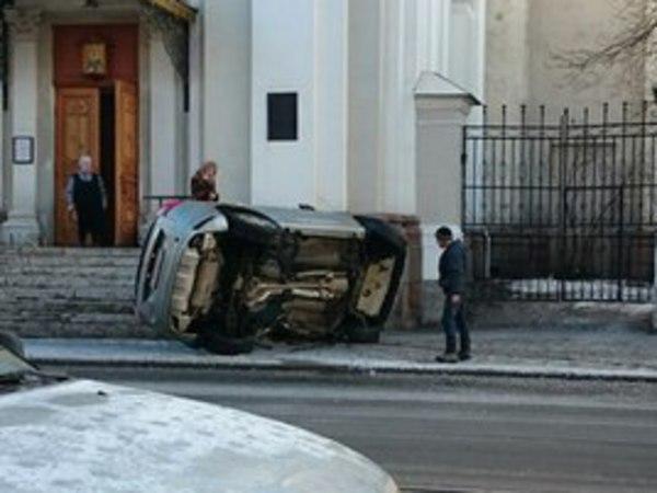 В крыльцо церкви на Васильевском врезалась машина - второй раз за неделю