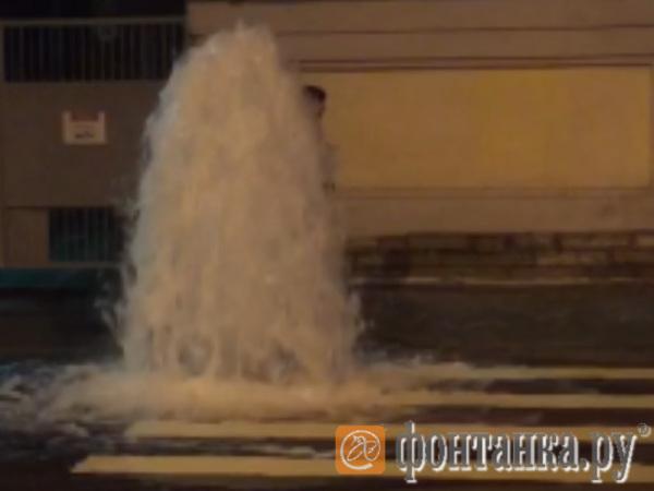 На Петроградской стороне забил фонтан на Пеньковой улице