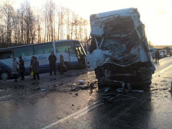 """При столкновении автобуса и фуры на """"Скандинавии"""" травмы получили более 20 человек"""