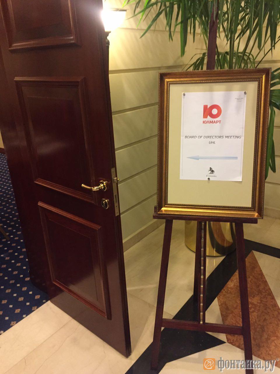 """Холл гостиницы """"Кемпински"""", 27 октября 2016 г. (Фото:"""