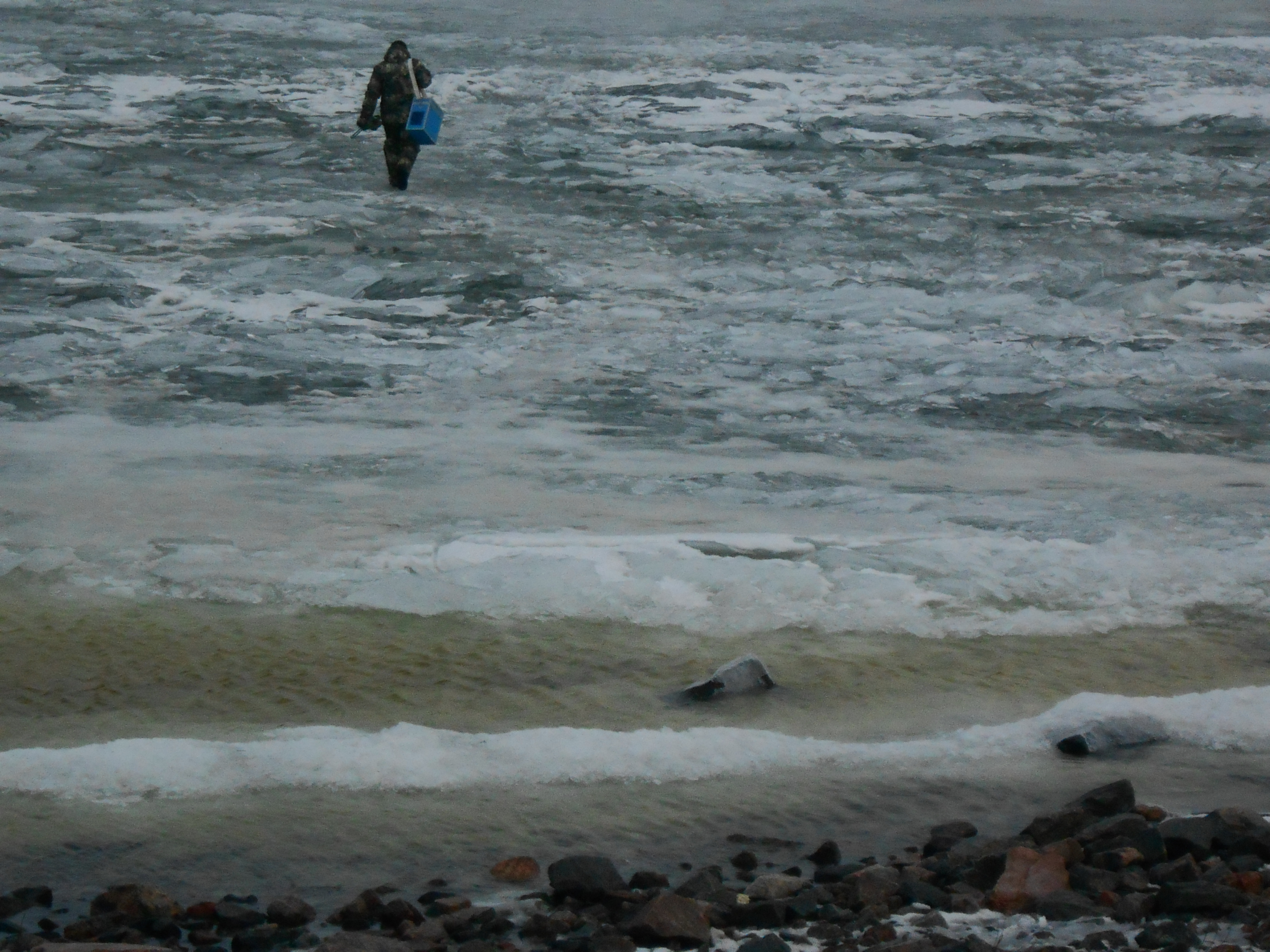 На Финском заливе у дамбы спасли трех рыбаков (Иллюстрация 1 из 1) (Фото: Пресс-служба ГУ МЧС России по Санкт-Петербургу)