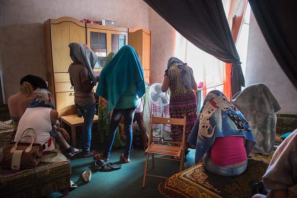 Сосет онлайн помогите найти проститутку на ночь в польше сосед