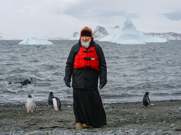 Патриарх Кирилл сфотографировался с пингвинами в Антарктиде