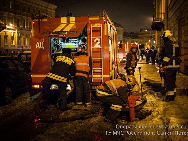 14 расчетов тушили пожар в здании на Мойке
