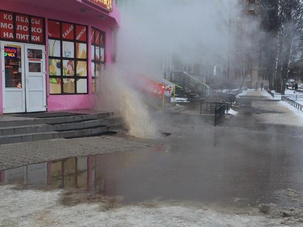 На Есенина из-под земли забил фонтан горячей воды