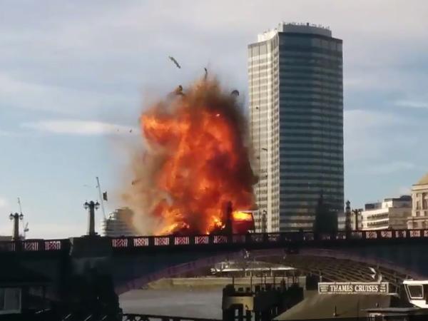 В Лондоне взорвали автобус для фильма с Джеки Чаном и Пирсом Броснаном