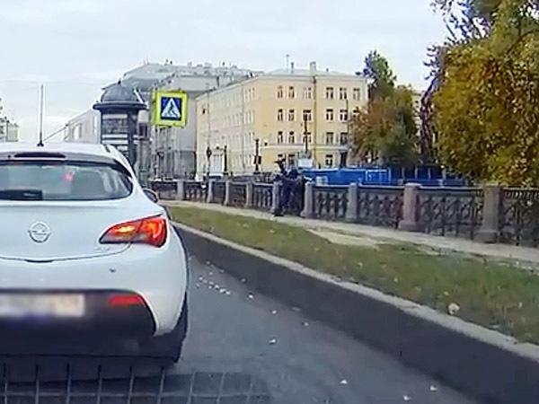 Пешехода в Крюков канал сбросила рука, застрявшая между ног