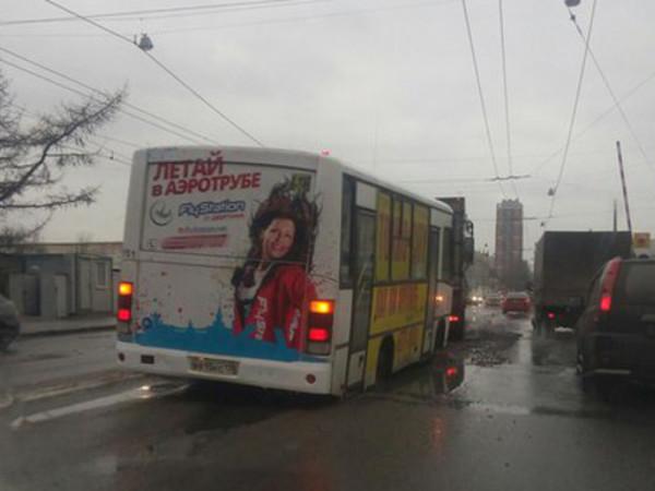 На Седова маршрутный автобус провалился под асфальт