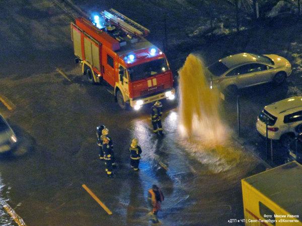 Пятиметровый фонтан на Долгоозерной затопил парковку