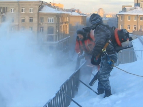 В Петербурге на борьбу с сосульками бросят воздуходувки