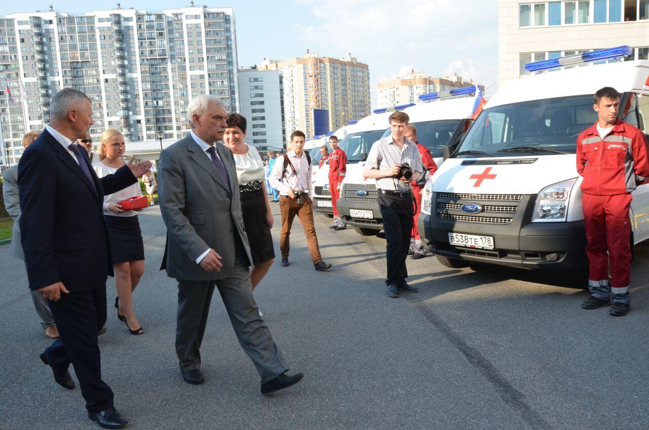 Губернатор Петербурга Георгий Полтавченко осматривает машины, приобретенные малым бизнесом для обслуживания ОСМП Городской поликлиники № 114 Приморского района. Дата: 31 июля 2014 года.