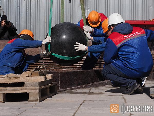 На фонтан на Малой Садовой установили новый гранитный шар