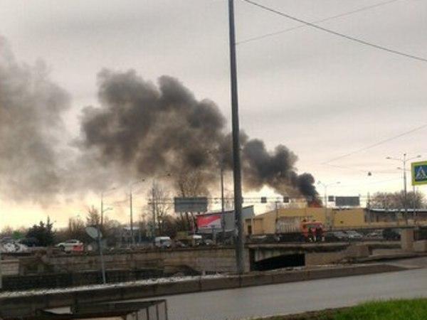 15 расчетов тушат горящий склад в районе Обводного