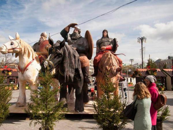 Ритуальная фирма за 183 млн расставила по Москве гигантские фигуры из песка и газонов