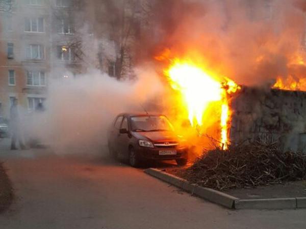 На Дачном горел гараж, очевидцы спасали плавящийся автомобиль